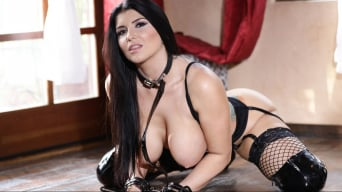 Romi Rain en 'He Loves Me In Collars And Cuffs Scene 5'