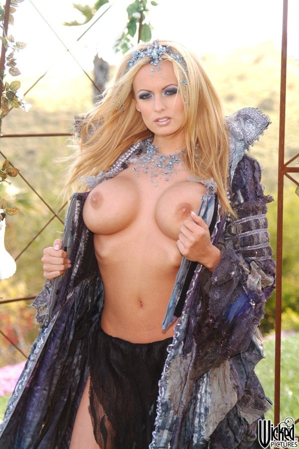 Wicked 'Spacenuts Scene 6' starring Stormy Daniels (Photo 5)